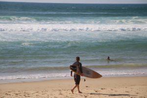 Surfer am Strand von Truc Verte